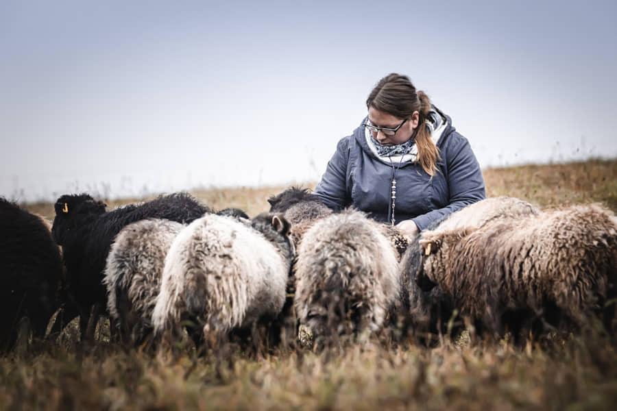 Sarah mit Schafen